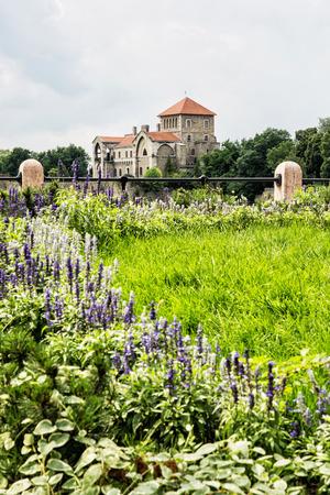 Starobylý hrad v Tata, Maďarsko. Cílové místo cesty. Architektonické téma. Krásná tvrz a sezónní květiny. Redakční