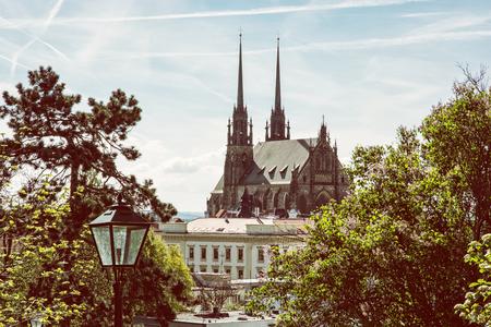 Kathedraal van St. Peter en Paul in Brno, Moravië, Tsjechische republiek. Religieuze architectuur. Mooie plaats. Geel fotofilter.