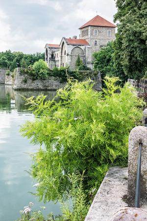 Krásný zámek v Tatu, Maďarsko. Cíl cesty. Architektonické téma. Krásné místo. Pevnost, jezero a zeleň.