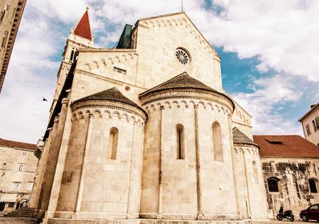セント ・ ローレンスの大聖堂は、トロギールのゴシック様式のロマネスク様式で建設されたローマ カトリック トリプルかけます聖堂です。宗教建