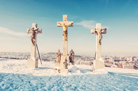 Calvario en la ciudad de Nitra, República Eslovaca. Lugar religioso. Escena de invierno Patrimonio cultural. Destino de viaje. Nieve y sol. Filtro de fotos de belleza.