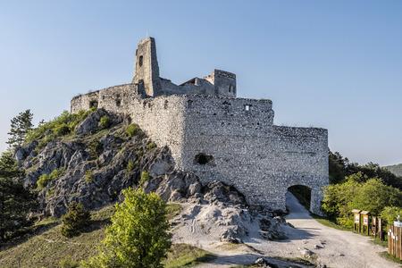 Ruiny zamku Cachtice, Republika Słowacka, Europa Środkowa. Siedziba krwawej hrabiny. Cel podróży. Zdjęcie Seryjne