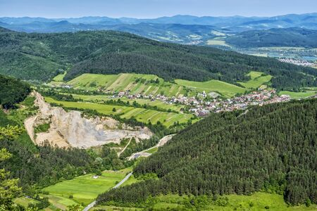 Jablonove village from Sulov rocks, Slovak republic. Travel destination. Hiking theme. 版權商用圖片 - 127767796