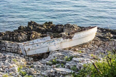 Broken boat on stoned beach, Solta, Croatia. Travel destination.  Stockfoto