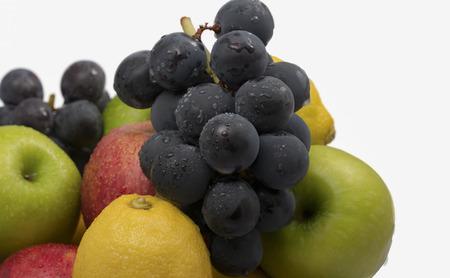 raum weiss: Ein Haufen von frischem Obst, sowie rote und gr�ne �pfel, Zitronen und Trauben mit viel Leerraum