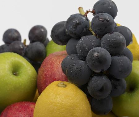 raum weiss: Ein Haufen von frischem Obst, sowie rote und gr�ne �pfel, Zitronen und Trauben mit Top-wei�en Raum
