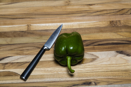 Pimienta Verde sobre la teca Tabla de cortar con un cuchillo de cocina Foto de archivo - 41844492