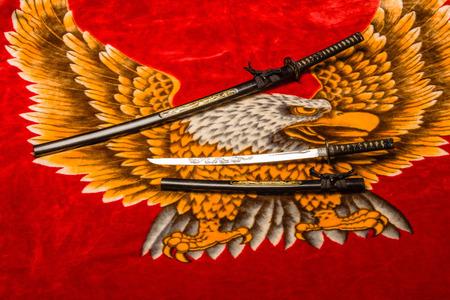 Japanische Samurai lang (katana) und kurz (Wakizashi) Schwerter (Daisho) auf Plüsch Adler Hintergrund