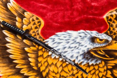 scheide: Samurai Katana (Langschwert) gegen einen roten Hintergrund Plus Editorial
