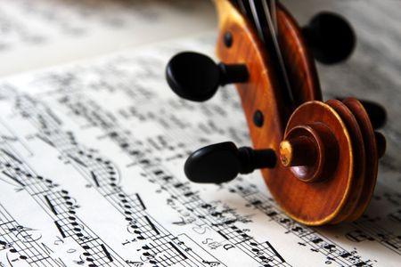 concerto: El desplazamiento de un viejo viol�n italiano en las partituras. Foto de archivo