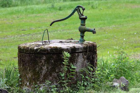 bomba de agua: Un antiguo perforado y con una bomba manual.