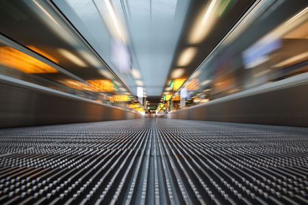 cinta transportadora: Una cinta transportadora en el aeropuerto people mover. Movimiento borroso. Foto de archivo
