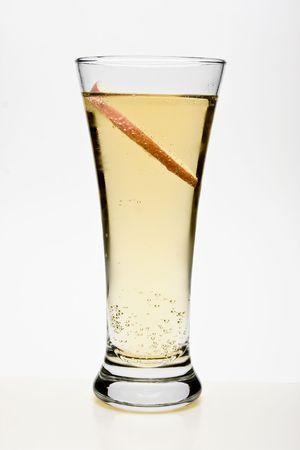 Peach Cocktail tegen een witte achtergrond.  Stockfoto