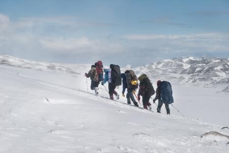 雪の山のハイカー