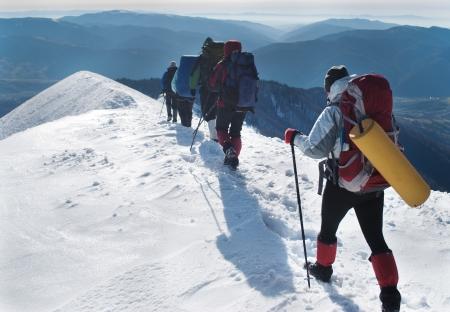 雪の山でハイキング