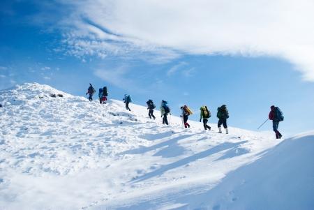 escalada: caminhante em uma montanha do inverno Banco de Imagens