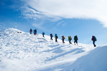 Escursionista in una montagna d'inverno Archivio Fotografico - 17032979