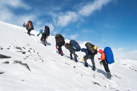 冬の山でハイキングします。 写真素材