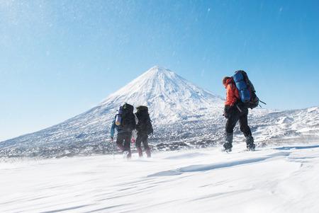 Escursionisti in un snowymountain, Kamchatka Archivio Fotografico - 28131588
