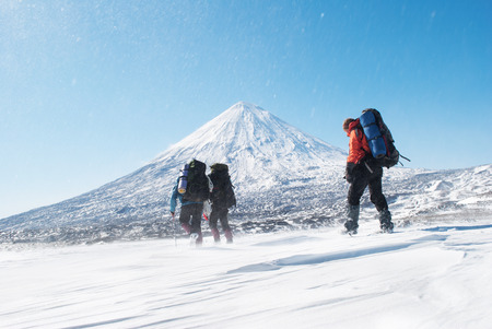 hikers in a snowymountain, kamchatka Banque d'images
