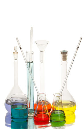 白い背景で隔離の研究室で科学機器