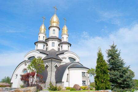 Bella chiesa ortodossa in giornata di sole, villaggio Buki, Ucraina Archivio Fotografico - 28131950