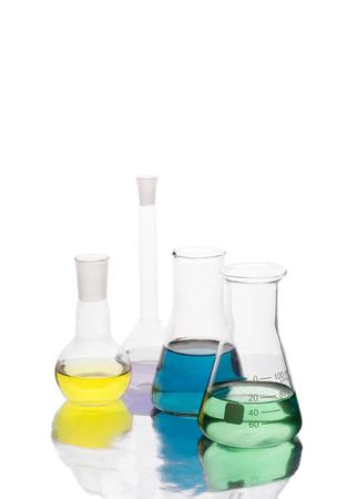 Apparecchiature scientifiche in laboratorio isolato su sfondo bianco Archivio Fotografico - 28132392