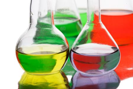 Apparecchiature scientifiche in laboratorio isolato su sfondo bianco Archivio Fotografico - 28132324