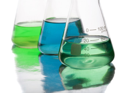 Apparecchiature scientifiche in laboratorio isolato su sfondo bianco Archivio Fotografico - 28132337