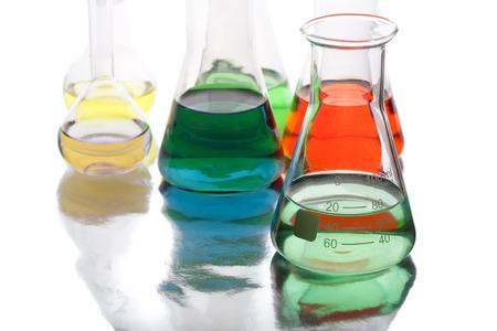 Apparecchiature scientifiche in laboratorio isolato su sfondo bianco Archivio Fotografico - 28132340