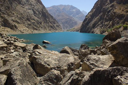 中央アジアのタジキスタンの高山の岩に囲まれた池