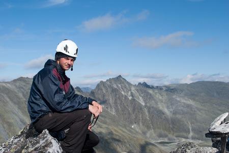 ロシア、ウラル山脈の残りの部分の上に座って若い男性ハイカー