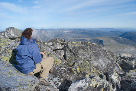 female hiker sitting on rest, Ural mountains, Russia Banque d'images