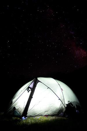 夜の星空とキャンプするテントを強調表示