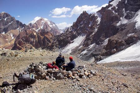 ハード ラッシュ、ファン山、タジキスタン、中央アジアの後リラックスした 3 人のハイカー