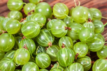 木製の背景に新鮮な緑グーズベリー 写真素材