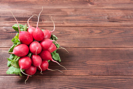 Fresh radishes on wooden background Banque d'images