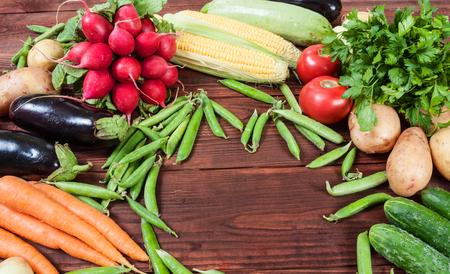 木製の背景に野菜のフレーム 写真素材