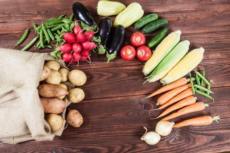 木製の背景に野菜 写真素材