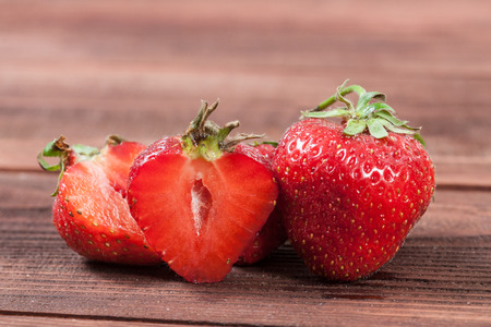 木製の背景に、新鮮なイチゴ 写真素材