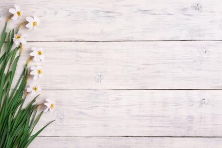 Narcissen bloemen op houten achtergrond, kopieer ruimte