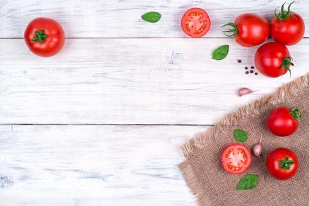 albahaca: tomates en una mesa de madera blanca, ingredientes de la pasta Vista superior copia espacio Foto de archivo