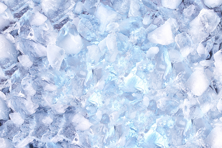 hielo picado: background with crushed ice cubes, top view