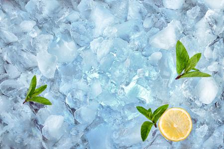 menta: fondo con cubitos de hielo triturado, vista superior Foto de archivo