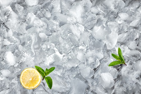 Hintergrund mit zerkleinerten Eiswürfeln, Ansicht von oben Standard-Bild - 47009013