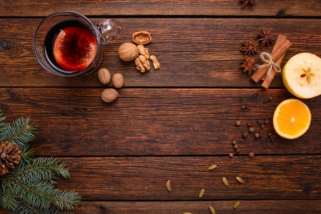 wood table: Ponche de vino caliente con especias y condimentos para glintwine fondo de la tabla vista desde arriba de madera de época Foto de archivo