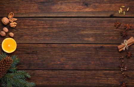 kruiden ingrediënten voor glintwijn op vintage houten tafel achtergrond bovenaanzicht Stockfoto