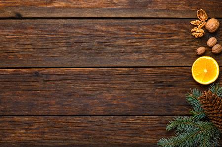 kruiden ingrediënten voor glintwine op vintage houten tafel achtergrond bovenaanzicht Stockfoto