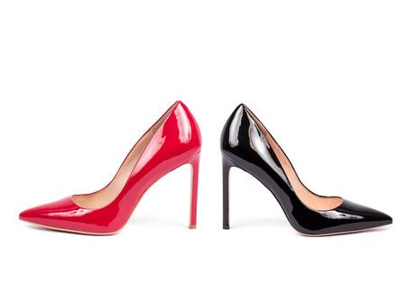 白い背景で隔離赤と黒のハイヒールの女性靴