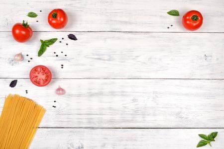 trompo de madera: ingredientes de la pasta italiana en blanco mesa de madera, vista desde arriba, espacio de copia